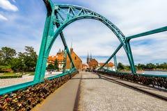 Staden av Wroclaw är en sikt av ön av Tumsk på som slottarna av vänner Arkivfoto