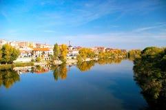 Staden av Zamora från stenbron över floden Duero Castile och Leon spain royaltyfri bild