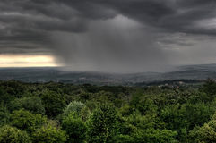 staden clouds hdriasi över regn romania Arkivbild