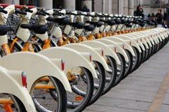 Staden cyklar i Milan Royaltyfria Foton