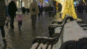 Staden dekoreras för ferien Kulör girland stock video