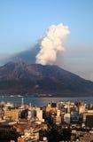 staden får utbrott kagoshima mt över sakurajima Arkivfoto
