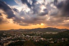 Staden för sikten för den höga vinkeln på solnedgången från Khao ringde synvinkel Arkivfoton