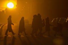 Staden folk, kors-går royaltyfri foto