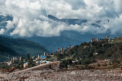 Staden i bergen under molnen i Georgia Royaltyfri Fotografi