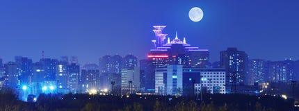Staden i natten av fullmoon Royaltyfria Bilder