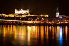 Staden i natten arkivfoto