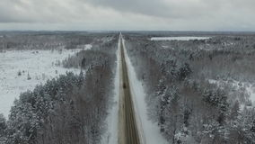 staden nära den järnväg vägen skiner snowsunen för att övervintra trä lager videofilmer