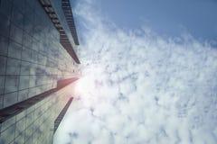 Staden och blått för byggnad för affärscityscape fördunklar den moderna stads- himmel Royaltyfria Bilder