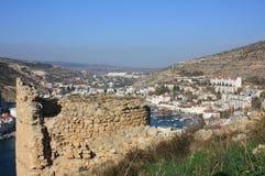 Staden och fästningen på kusten av fjärden Arkivfoto