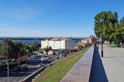 Staden och floden Volga från territoriet av Pushkinsky kvadrerar samara Royaltyfria Bilder