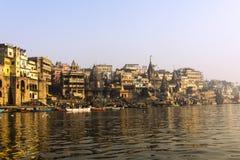 Staden och ghatsna av Varanasi Royaltyfria Bilder