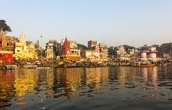 Staden och ghatsna av Varanasi Arkivbilder