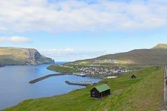 Staden och hamnen av Eidi, Faroe Island, Danmark Royaltyfri Fotografi