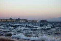 Staden och havet Royaltyfri Fotografi