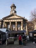 Staden och militärmuseet, med veckobönderna marknadsför i Lancaster England i mitten av staden royaltyfri bild