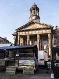 Staden och militärmuseet, med veckobönderna marknadsför i Lancaster England i mitten av staden arkivfoton