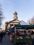 Staden och militärmuseet, med veckobönderna marknadsför i Lancaster England i mitten av staden fotografering för bildbyråer