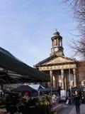 Staden och militärmuseet, med veckobönderna marknadsför i Lancaster England i mitten av staden royaltyfri foto