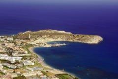 Staden och stranden på fjärden Royaltyfria Bilder