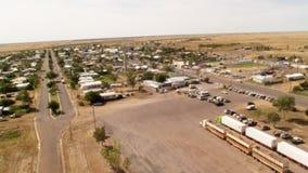 Staden och träd med lastbilar parkerade antennskottet arkivfilmer