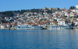 Staden Ohrid på Ohrid sjön Royaltyfri Foto