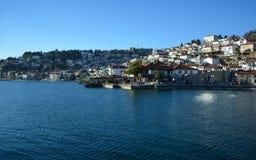 Staden Ohrid på Ohrid sjön Royaltyfri Bild