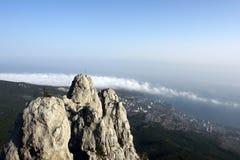 Staden på en fot av berg Fotografering för Bildbyråer