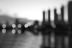 Staden på natten - gör suddig fotoet, svartvit bokehbakgrund Arkivbild