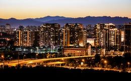 Staden på natten ger ut det guld- ljuset Royaltyfri Fotografi