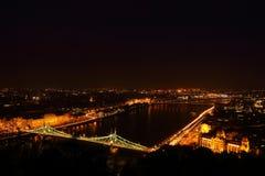 Staden på natten i Budapest Royaltyfri Foto