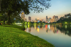 Staden på nattsikten av Bangkok från Lumpini parkerar, Thailand Royaltyfri Foto