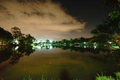 Staden parkerar i natten med ett vila ställe Landskapet av th arkivfoton
