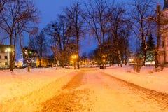 Staden parkerar i vinter på natten Arkivbilder