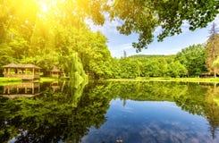 Staden parkerar med den härliga sjön i solljus Fotografering för Bildbyråer