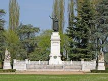 Staden parkerar med en staty av den berömda poeten Virgil i Mantua in I royaltyfri fotografi