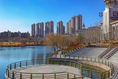Staden parkerar med ett damm i Kina Fotografering för Bildbyråer