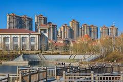 Staden parkerar med ett damm i Kina Arkivbild