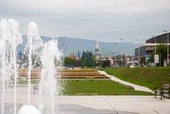 Staden parkerar med springbrunnen Arkivbild