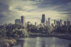 Staden parkerar mot Chicago i stadens centrum horisont Arkivbild