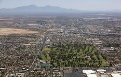 Staden parkerar och golfbanan från ovannämnt i Tucson, Arizona Arkivbild