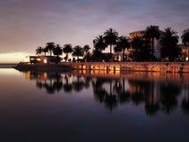 staden reflekterade floden Arkivfoton
