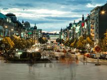Staden rusar i Prague på den Vaclavske fyrkanten royaltyfria bilder