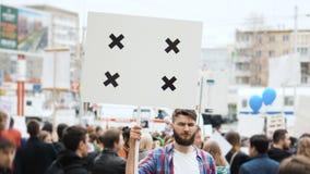 Staden samlar på gatan Människa på den utomhus- demonstrationen Stående av en pojke arkivfilmer