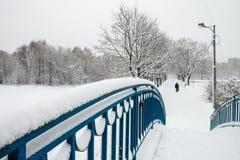Staden täckas i snö Arkivfoto