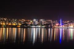 Staden tänder reflexion i vatten Royaltyfri Fotografi
