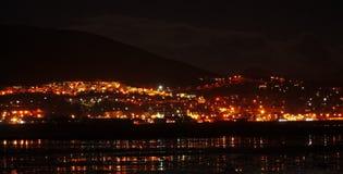 Staden tänder upp på natten Arkivfoto