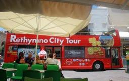 Staden turnerar bussen och folk i gammal stad av Rethymno, Kreta, Grekland Royaltyfri Bild
