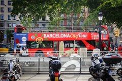 Staden turnerar utfärdbussen blir parkerade på fyrkanten av Catalonia i Barcelona, Spanien Arkivfoto