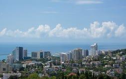 Staden vid den allmänna sikten för havsbyggnader vilar lopp arkivfoto